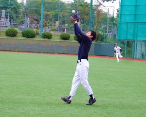 (2)ライトが捕球体勢に入りながらもボールに触れて落球