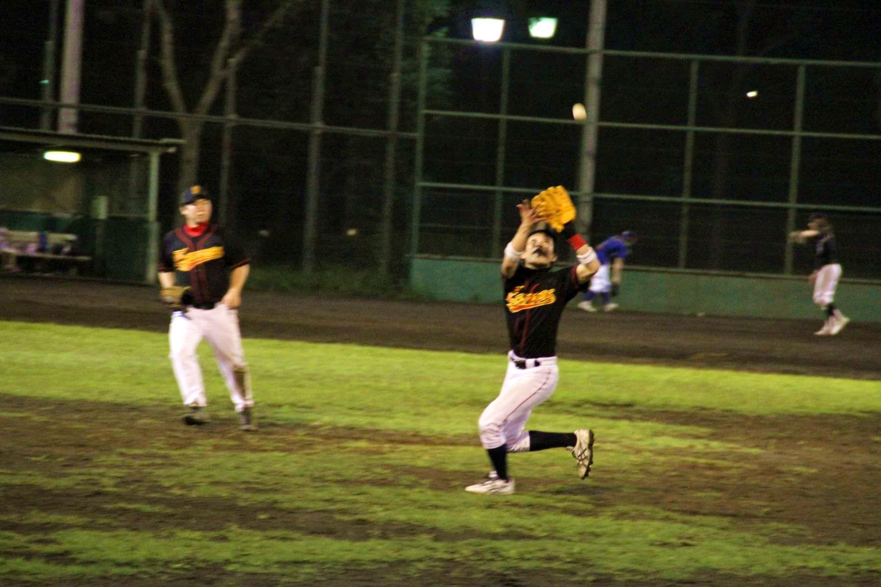 (2)打球がフェアの内野フライである。(3)内野手または内野に位置する野手が普通の守備行為を行えば捕球できると審判員が判断する。